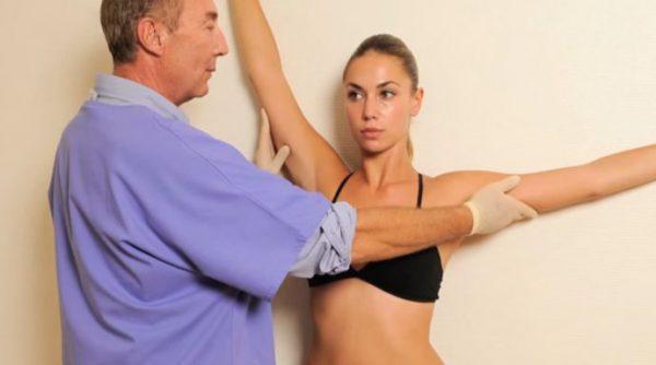 Le docteur Dieuzaide fait un test de résistance musculaire