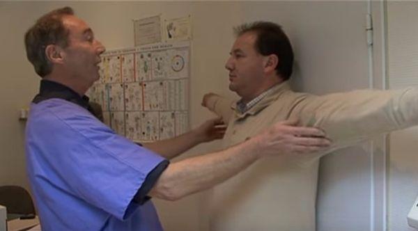 Le dr Dieuzaide fait un test postural pour une fibromyalgie